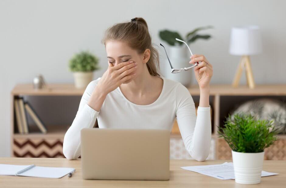Pani przed komputerem w okularach ochronnych do komputera
